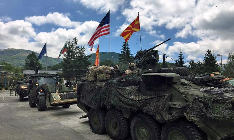 Војниците на американската војска на Европа го преминуваат граничниот премин Деве Баир и влегуваат во Македонија.