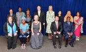 На 28 јуни 2018, државниот секретар на САД, Мајк Помпео, (на средина од лево), советничката на претседателот, Иванка Трамп (на средина од десно), и вршителот на должност директор на Канцеларијата за следење и борба против трговијата со луѓе, Кери Џонстоун (лево,) позираат во Стејт Департментот за групна фотографија со 'Хероите на Извештајот за трговијата со луѓе' за 2018. (Фотографија на Стејт Департментот)