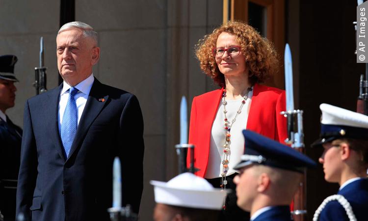 Secretary of Defense Jim Mattis and Macedonian Defense Minister Radmila Sekerinska, right, stand at attention during a ceremony welcoming Sekerinska at the Pentagon, Tuesday, May 1, 2018. (© Photo: Manuel Balce Ceneta, AP)