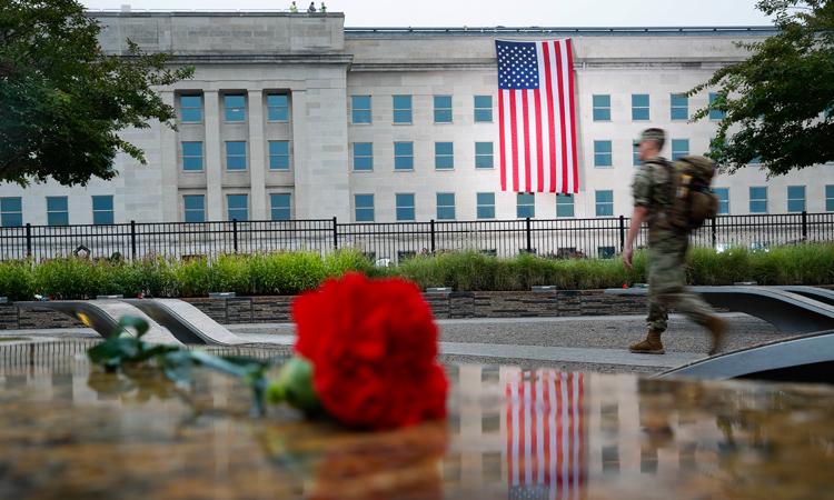 11 shtator 2018, e martë, një pjesëtar i ushtrisë duke hyrë në Përmendoren kombëtare për 11 shtatorin ne Pentagon para fillimit të shënimit të 17 vjetorit të sulmeve të 11 shtatorit. (Foto nga AP/Pablo Martinez Monsivais)