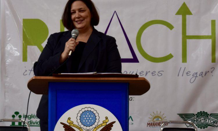 Consul General Daria Darnell en evento REACH