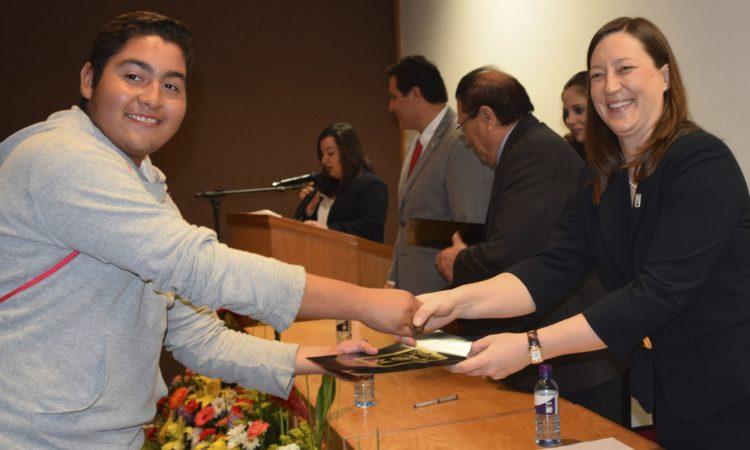 Consul Hill Presenta Certificado a Estudiante