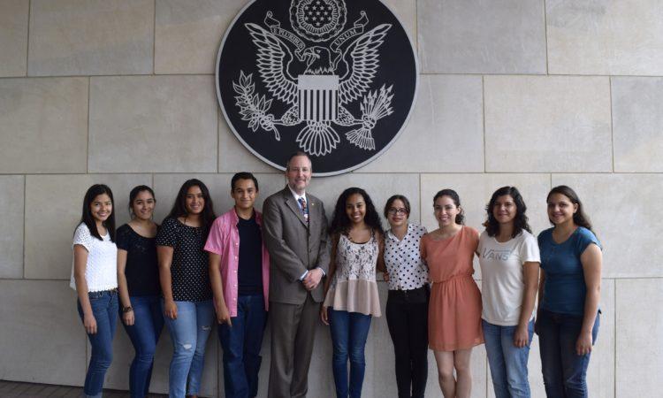 Equipos de Jóvenes en Acción de Juárez y Chihuahua en el Consulado