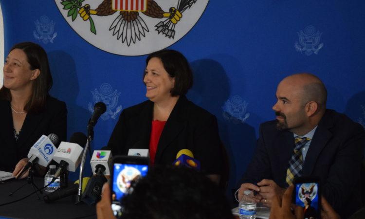 Cónsul General Darnell durante rueda de prensa
