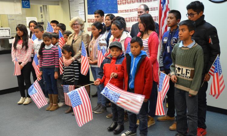 Grupo de personas con bandera americana