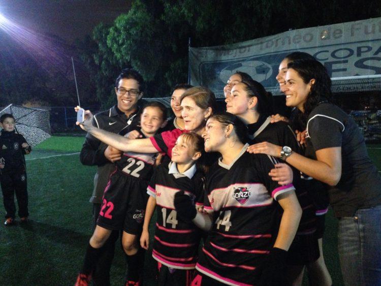 Grupo de jugadoras de fútbol tomándose una fotografía.