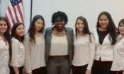 Oficial Lekisha Gunn y grupo de estudiantes durante la celebracion del mes de la Historia Afro-Estadounidense 2016