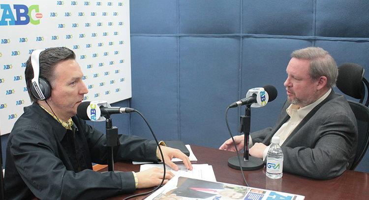 Cónsul General Timothy Zúñiga-Brown junto a Gregorio Martínez de Radio ABC