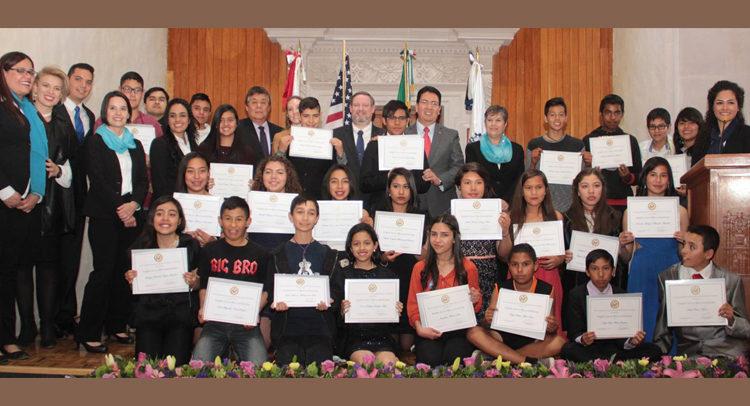"""Cónsul General Timothy Zúñiga-Brown con grupo de estudiantes durante el arranque del """"English Access Micro-Scholarship Program"""" en Durango"""