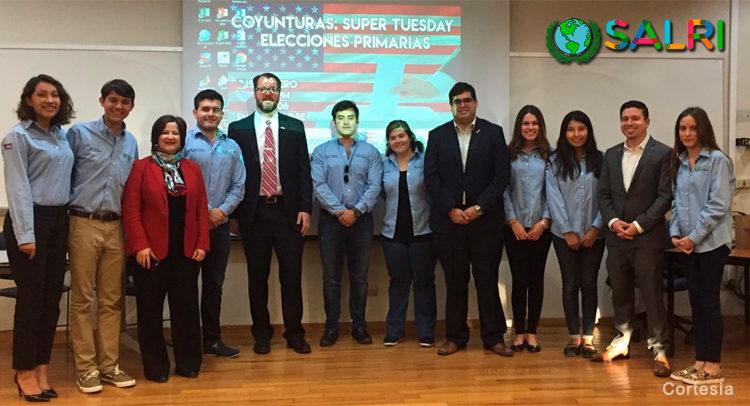Greg Gonzales, Jacob Hall and Jose Marina-Torres en foto grupal con estudiantes del TEC-Monterrey.