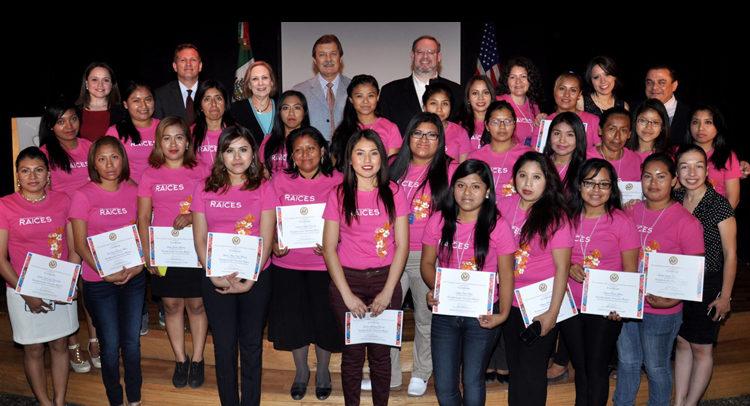 """Cónsul General Timothy Zúñiga-Brown, junto a estudiantes del programa """"Fortaleciendo Nuestras Raíces"""""""