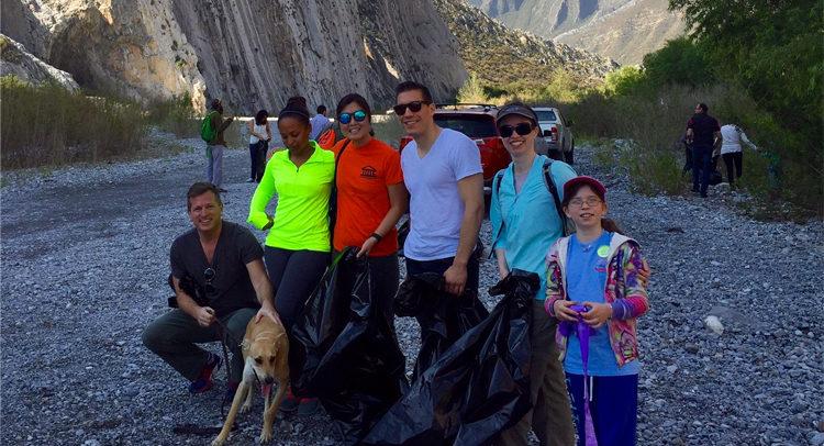 Grupo de voluntarios del Consulado General que asistieron a la limpieza