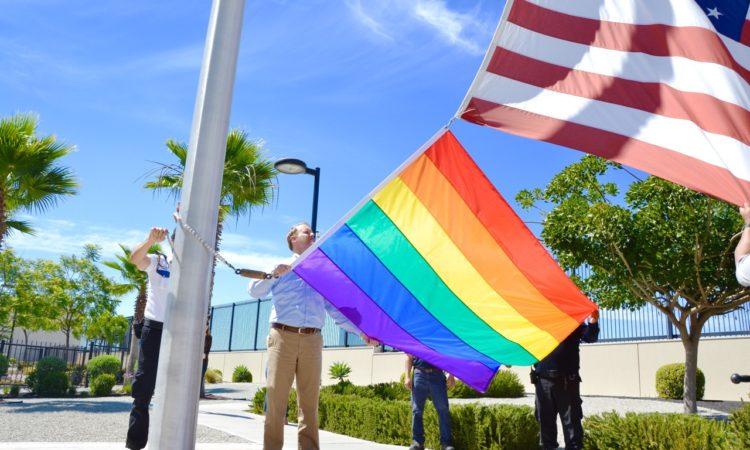 Will Ostick, Cónsul General de los Estados Unidos en Tijuana izó la bandera de la comunidad LGBT en el asta principal del Consulado de Estados Unidos en Tijuana