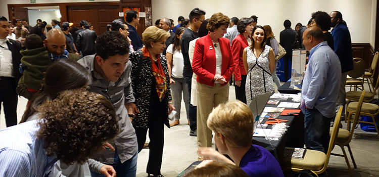 Emb. Jacobson y asistentes a la Feria de Movilidad.