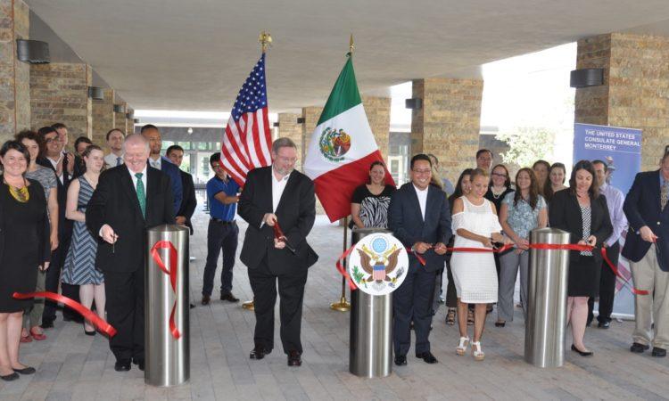 Corte de listón por parte del Cónsul General Timothy Zuñiga-Brown y el Alcalde de Santa Catarina, Hector Castillo