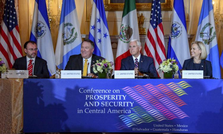Vicepresidente Pence y otros funcionarios