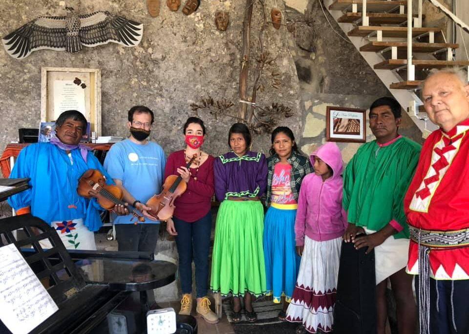 Culturas en Armonía lleva clases de violín a comunidad en Retosachi, Chihuahua