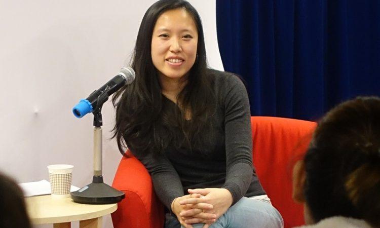 融入强烈美中背景的美国华裔作家