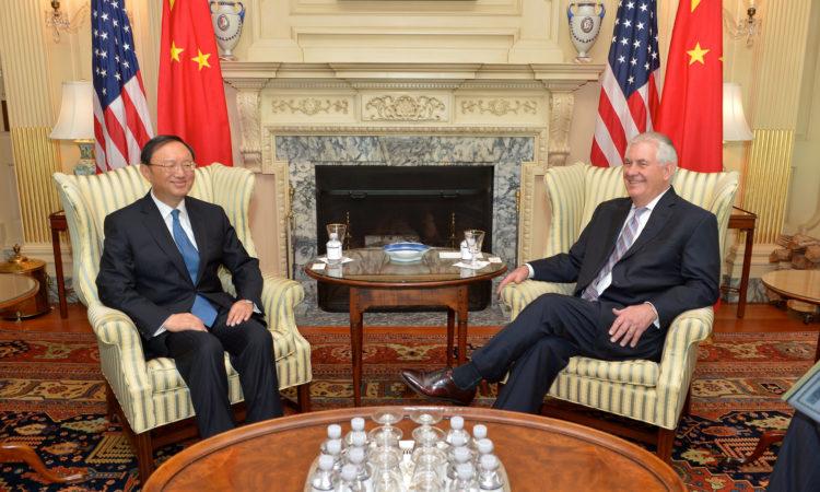 2017年2月28日,美国国务卿雷尔·提勒森在位于华盛顿特区德美国国务院与中国国务委员杨洁篪会面。[国务院照片/公有领域]