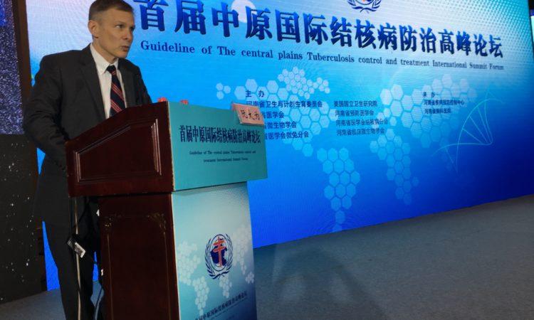 3月11日,阮代办在河南郑州举办的中原国际结核病防治高峰论坛上致开幕词