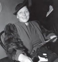 美国作家赛珍珠之像,以及她写的有关中国生活的代表作《大地》一页手稿(照片来源:美联社)