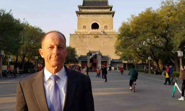 资料照片:2019年11月7日,助理国务卿史迪威在北京历史悠久的钟楼前。