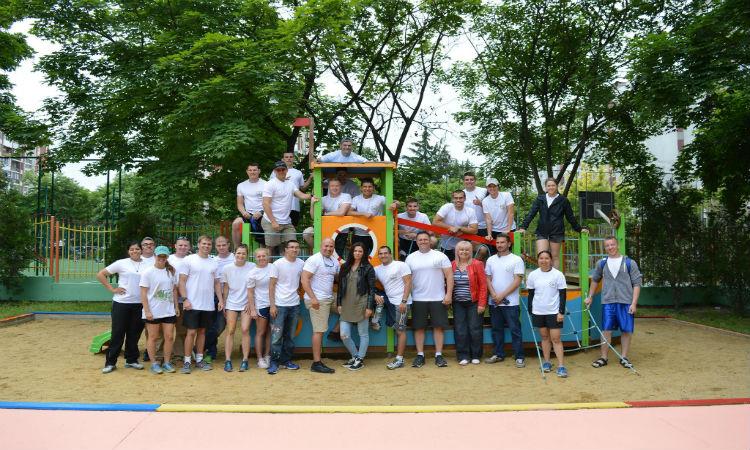 """Американски кадети и офицери пребоядисаха оградата и площадките за игра на целодневната детска градина """"Златното ключе"""" в град Бургас"""
