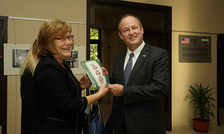 Посланик Рубин и заместник-кметът по въпросите на културата и образованието в Бургас Йорданка Бенова-Ананиева