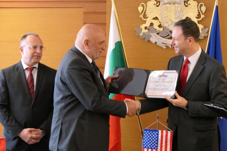 5a286ac4b04 Заместник-посланик Фридман връчи сертификати за отличие от Агенцията по  военна логистика на САЩ | Посолство на САЩ в България
