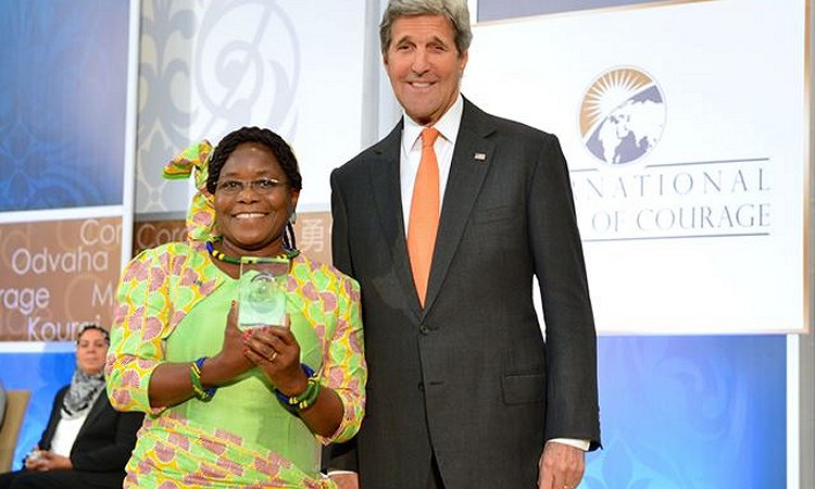 Waziri wa Mambo ya Nje wa Marekani John Kerry na Mkurugenzi Mtendaji wa Under the Same Sun Tanzania Vicky Ntetema baada ya kutunukiwa tuzo ya Wanawake Jasiri wa Kimataifa kwa mwaka 2016 huko Washington, D.C. Marekani, tarehe 29 Machi 2016.