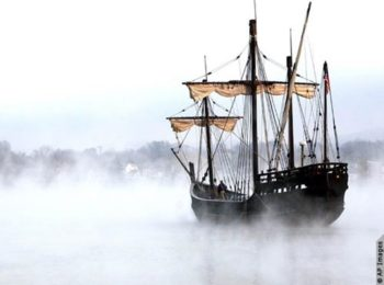 En la temprana neblina de la mañana, una réplica de una de las carabelas de Cristóbal Colón, la Niña, parte de Maysville (Kentucky), donde realizó un recorrido en noviembre de 2005. La carabela, que fue construida por la Fundación Colón en 1991. (© AP Image)