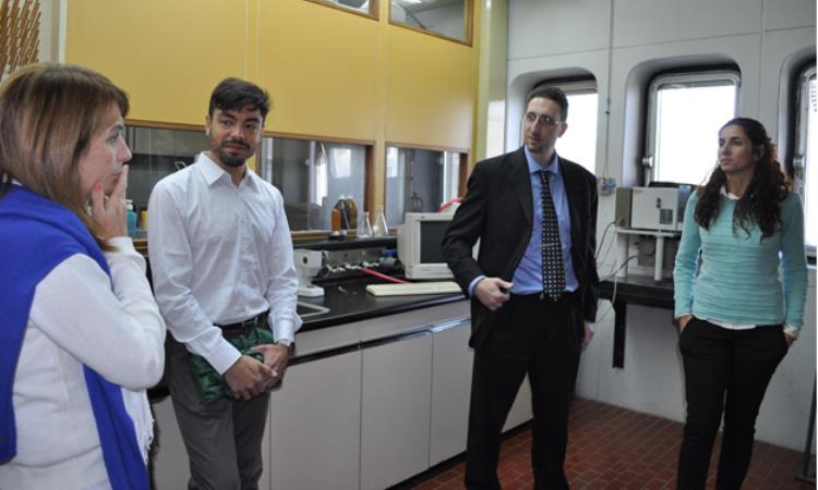 (De izquierda a derecha) Dra. Diana Estenoz, Dr. Emilio Berkenwald, Dr. John La Scala y Dra. Marisa Spontón intercambian ideas durante la visita a uno de los laboratorios del equipo de la Dra. Estenoz en las instalaciones del Consejo Nacional de Investigaciones Científicas y Técnicas (CONICET) en Santa Fe.