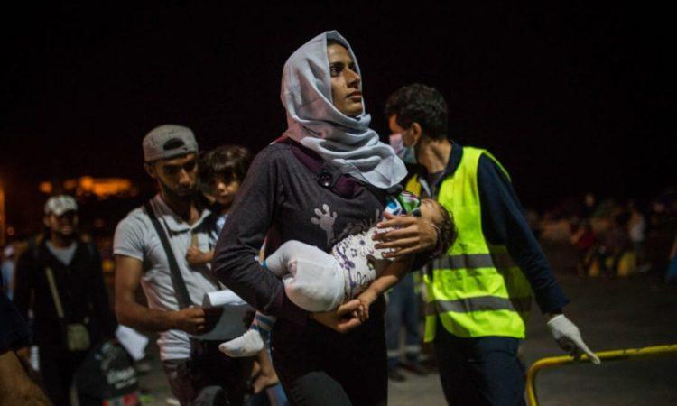 Una familia siria aborda una embarcación ferry que parte de la isla de Lesbos en Grecia, hacia Atenas (© AP Images)
