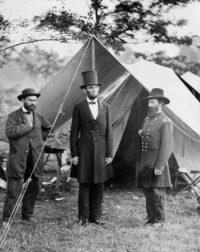 El presidente Abraham Lincoln (centro) en un campamento del Ejército de la Unión después de la batalla de Antietam en octubre de 1862. (Library of Congress)