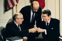 Los presidentes Ronald Reagan y Mikhail Gorbachev después de firmar el Tratado Sobre Fuerzas Nucleares de Alcance Intermedio (INF) en diciembre de 1987. (Dirck Halstead/Time Life Pictures/Getty Images)