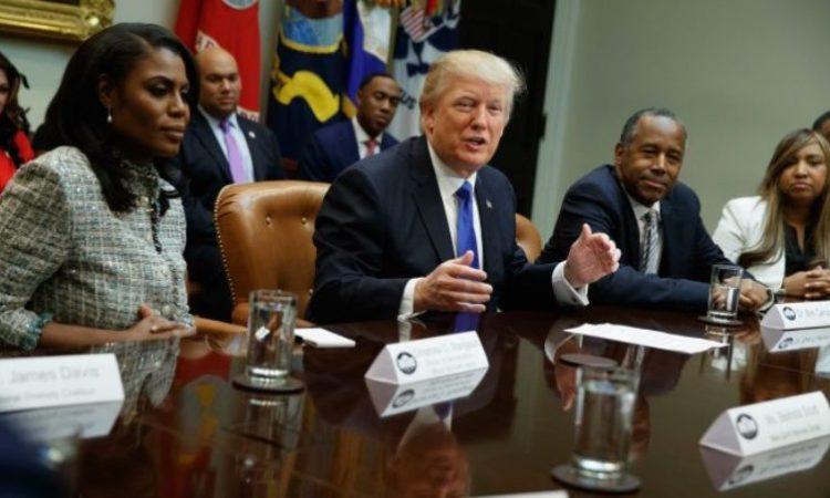El presidente Trump inicia el Mes Nacional de la Historia Afroestadounidense con una reunión en la Casa Blanca a la que se convocó a la asesora Omarosa Manigault (izda.) y al designado para el cargo de secretario de Vivienda y Desarrollo Urbano Ben Carson (dcha.) (© AP Images)