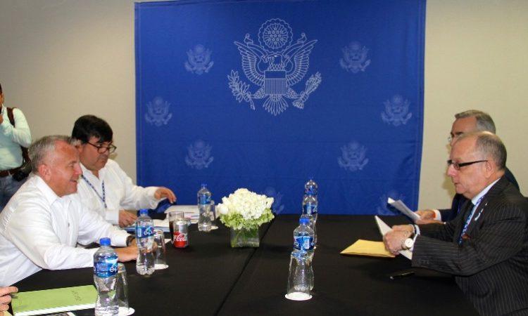El secretario adjunto de estado John Sullivan y el ministro de relaciones exteriores de Argentina Jorge Faurie