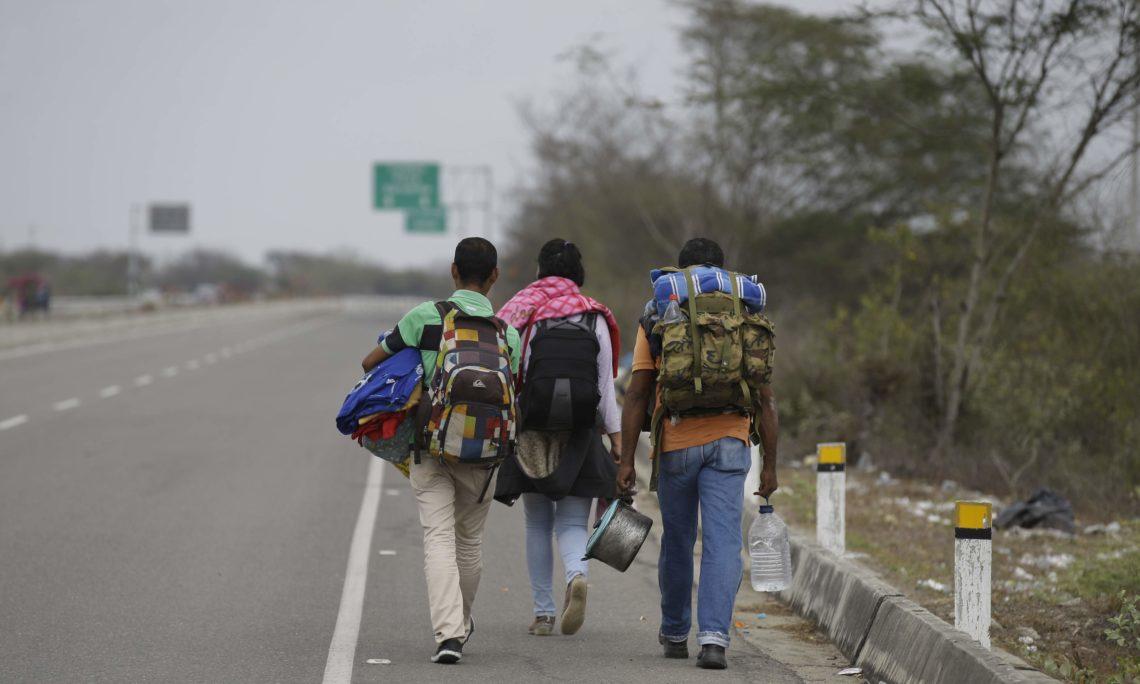 Venezolanos caminan por la Ruta Panamericana en Perú