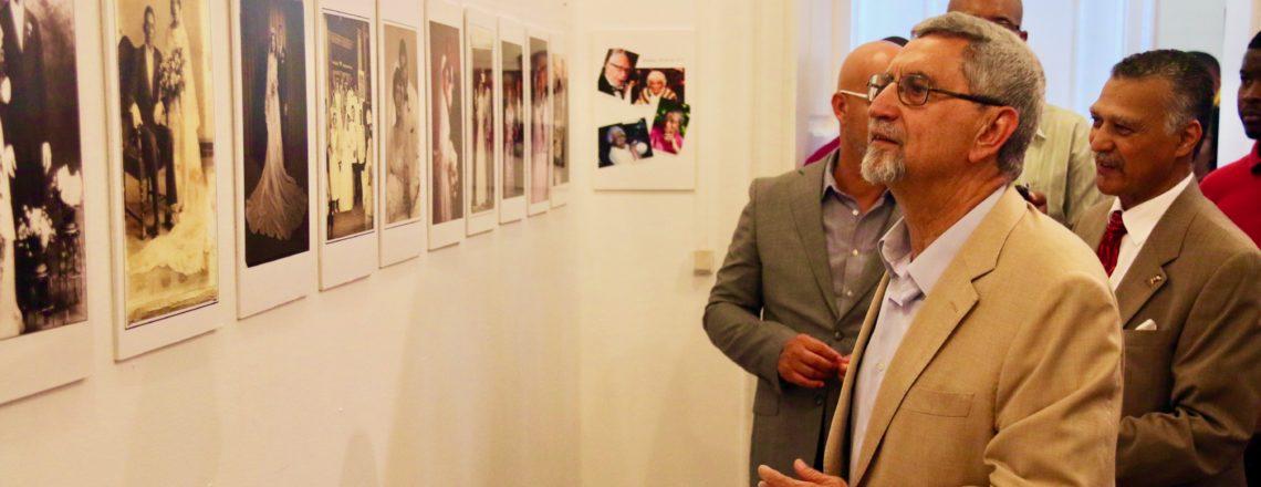 Presidente Fonseca na exposição fotográfica de Ron Barboza