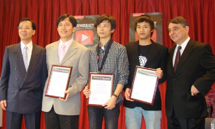 "Taiwan Foundation for Democracy President Huang Teh-Fu, far left, and AIT Director Bill Stanton, far right, honor the three winning directors (from left to right, Ho Sen-Yi, Lin Yu-Sh and Lai Yu-Yao) from Taiwan of the ""Democracy Video Challenge"" (Photo: American Institute in Taiwan)"