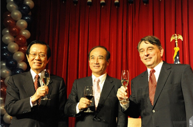 AIT Director William Stanton (right), Foreign Minister Timothy Yang (left), and Legislative Yuan Speaker Wang Jin-pyng at AIT Independence Day reception on July 2, 2010. (Photo Credits: AIT)