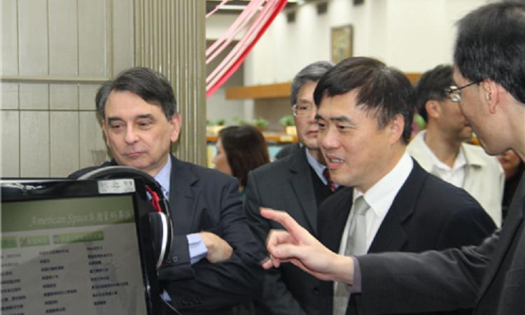美國在台協會處長司徒文與台北市長郝龍斌參觀台北市立圖書館成立的美國資料專區(American Space)內的電子書。 (Photo: AIT Photo)