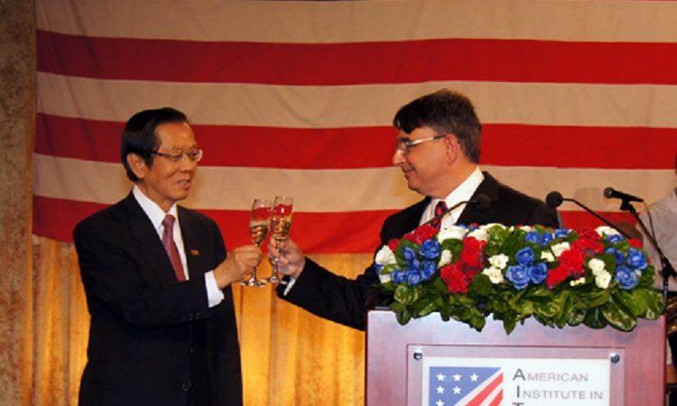 美國在台協會處長司徒文與外交部長楊進添於美國獨立紀念日酒會舉杯慶祝。 (Photo: AIT Images)