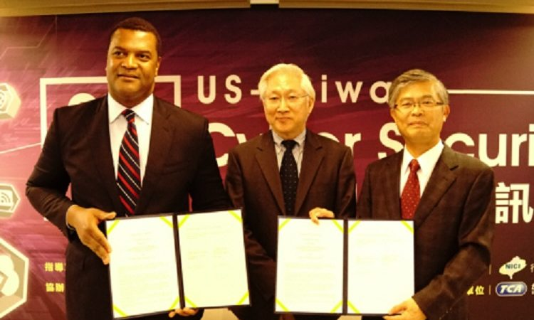 U.S. Assistant Secretary of Commerce for Industry & Analysis, Marcus Jadotte, Minister Without Portfolio, Dr. Wu Tsung-Tsong, Mr. Simon Hwang, Executive Director of the Taipei Computer Association (Left to Right) 美國商務部助理部長馬可士‧傑多特、行政院吳政忠政務委員、台北市電腦商業同業公會黃杉榕常務理事 (左至右) (Photo: AIT Images)