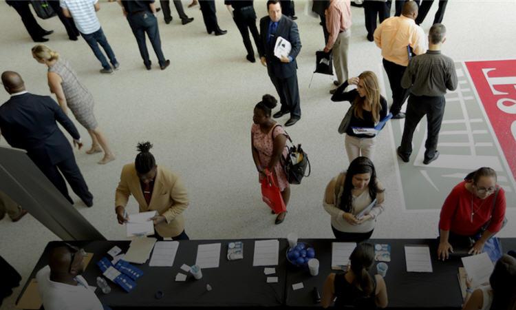求職者希望瞭解更多工資報酬資訊(照片:美聯社)