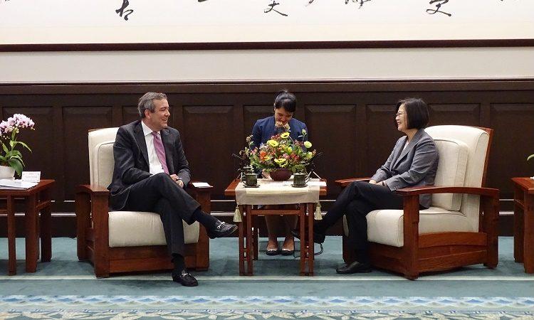 OPIC Acting President and Chief Executive Officer David Bohigian meets with Taiwan President Tsai Ing-wen at the Presidential Office Building in Taipei, Taiwan. 美國海外私人投資公司代理總裁兼執行長戴維·比海吉(David Bohigian)與蔡英文總統在總統府會面。