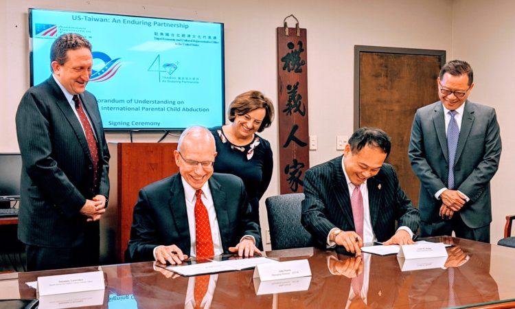 美國在台協會(AIT)和駐美國台北經濟文化代表處 (TECRO)於2019年4月12日簽署了一項[跨國父母擅帶兒童離家合作備忘錄]。| PR-1913 | 2019年4月13日