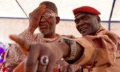 Un soldat tchadien de la Force du G5 Sahel contrôle la vue d'un patient