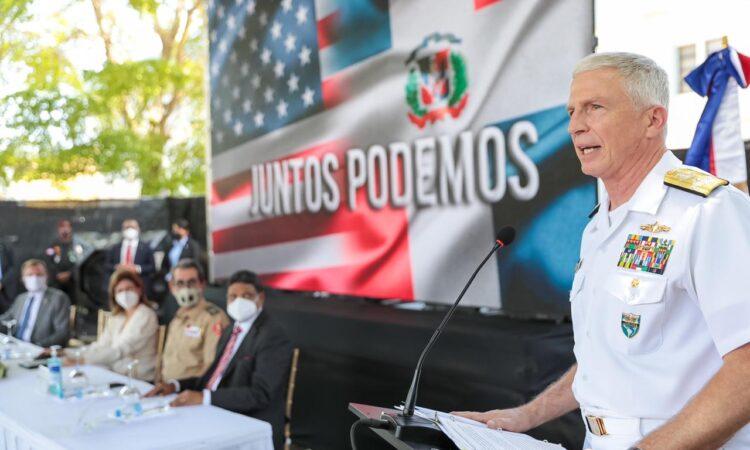 almirante faller hablando desde el podium, junto a autoridades dominicanas en ceremonia de donación