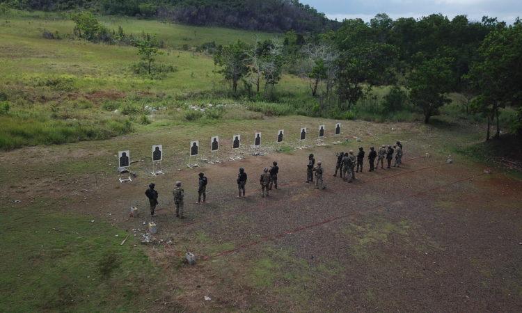 Un grupo de tropas militares practica tiro al blanco.